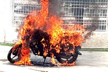 बन्दको अवज्ञा गरेको भन्दै राजविराजमा सरकारी गाडीमा आगजनी(फोटो फिचर समेत)