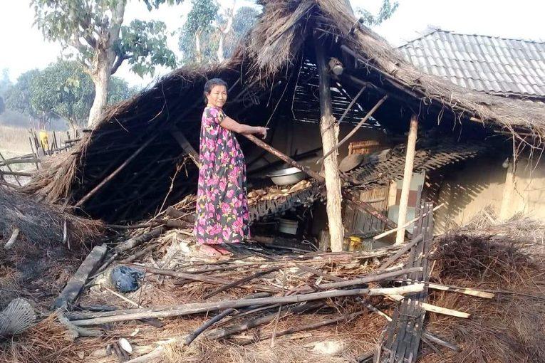 जङ्गली हात्तीले घर भत्काएपछि सहारा खोज्दै एकल महिला राई