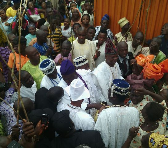 Jubilant crowd cheering the new Ooni of Ile-Ife