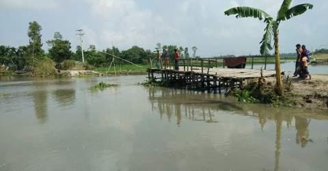 সুন্দরগঞ্জে সাঁকো ভেঙ্গে দুই গ্রামের ১০ হাজার মানুষের চরম ভোগান্তি
