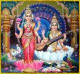 Lakshmi links, Saraswati rechts