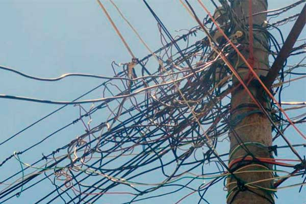 Poste en Puebla con tomas clandestinas de electricidad