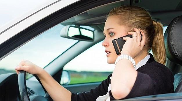 Французским водителям запретили говорить по телефону за рулём