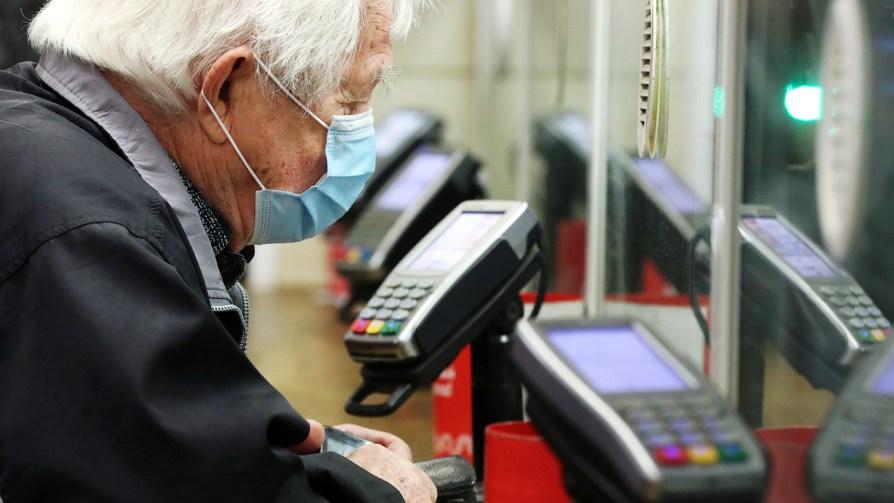 Россиянам не рекомендуют хранить пенсии на банковских картах