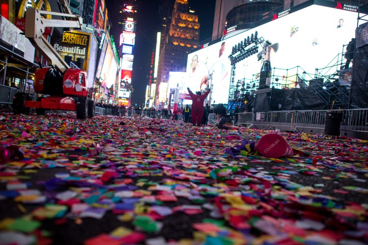 48 Tons Of Trash Left In Times Square On New Year's Eve – CBS New York