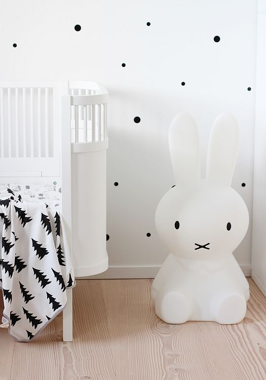 Nijntje-babykamer-wit-lamp-muursticker-dots-licht-vrolijk