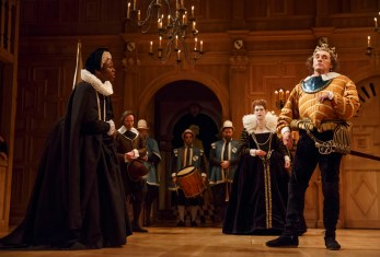 Foreground, Kurt Egyiawan as Duchess of York, Mark Rylance as King Richard III; background, Peter Hamilton as Catesby, with musicians Ed Hilton, Sam Budish, Greg Ingles and Samuel Barnett as Queen Elizabeth, i