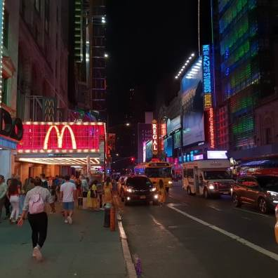 Times Square,Manhattan,foule,folie,lumière,panneaux publicitaires,marches,rouges,Disney