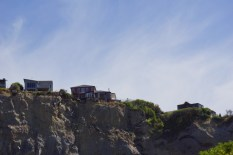 Häuser stehen immer noch am Abgrund des Hangs