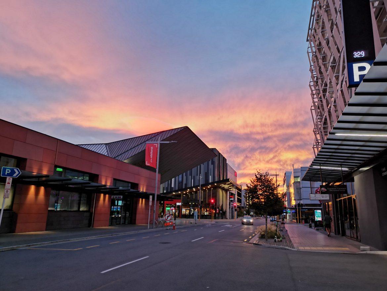 夕阳西下,玫瑰色的云朵满天涯