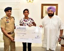Punjab CM Kickstarts Process of Appointing Harmanpreet as DSP & Handover Rs. 5 Lakh Cheque.