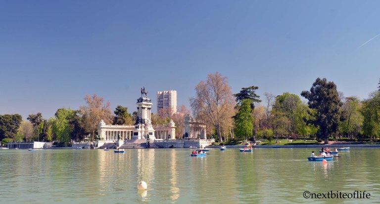 el retiro madrid Rent a canoe and paddle the Lake