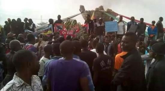 Breaking: Youth Block Benue Govt. House, Prevent Ortom From Attending APC Reconciliation Meeting in Abuja
