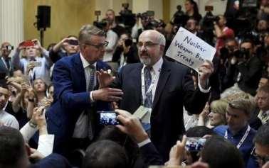 Trump– Putin press briefing: Journalist manhandled