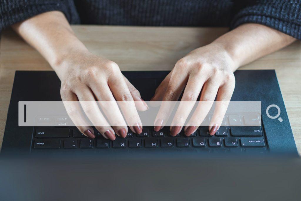 Teksty SEO. Osoba pisze na klawiaturze.
