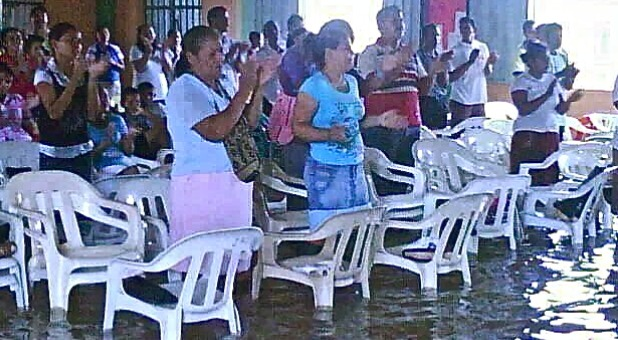 worshippers-after-typhoon-haiyan