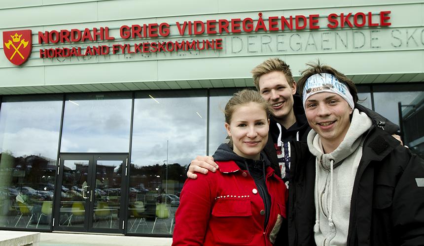 Henrikke Rasmussen, Henning Myntevik og Simon Vinnes mener russelåtene er fengende, men for drøye.