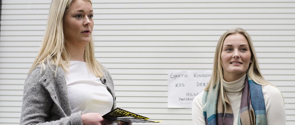 Anniken Marthinsen og Hilde Vindenes (t.v) i russestyret ved Nordahl Grieg vgs har som en av sine oppgaver å fronte NEI er NEI kampanjen.