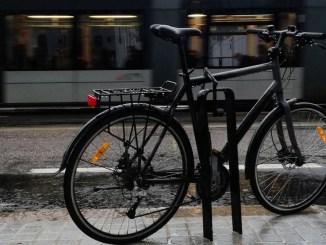 Bilde av sykkel og bybanen i Bergen