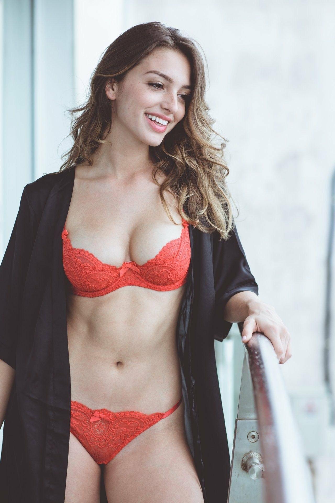 Celine Farach-hot-girl-dep-nhat-mang-xa-hoi-den-viet-nam.jpg4
