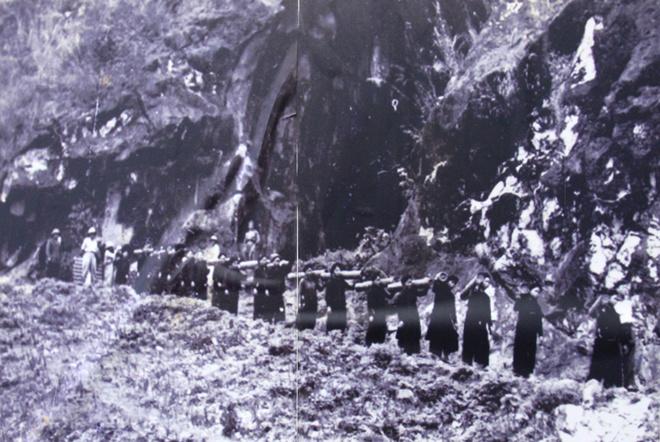 Để khắc phục vấn đề hậu cần, Đảng Lao động Việt Nam đã huy động tối đa sức người, sức của. Dân quân tham gia chiến dịch lên đến 260.000, cao gấp nhiều lần bộ đội chiến đấu. Tính tổng cả chiến dịch đã huy động tới 12 triệu ngày công. Trong ảnh, công an bảo vệ dân quân mở đường cho chiến dịch Điện Biên Phủ.