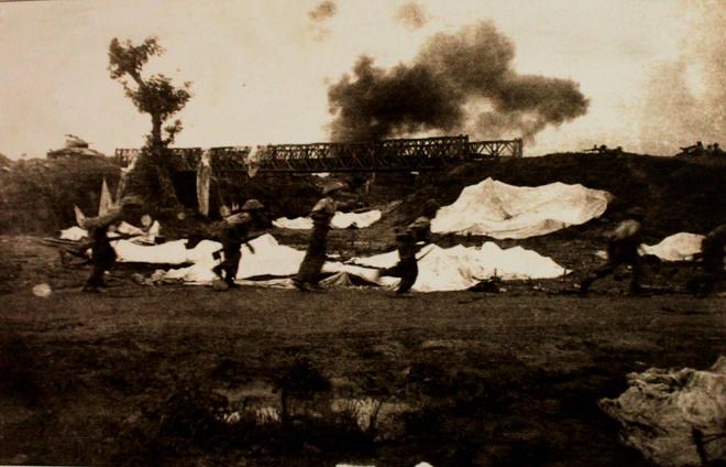 Quân Pháp ngày càng thất thế trên chiến trường Điện Biên Phủ, phải chờ tiếp viện của Mỹ. Mỗi ngày quân Pháp ở đây cần 295 tấn hàng các loại nhưng chỉ máy bay chỉ tiếp viện tối đa 175 tấn, nhưng 15% số này rơi vào vùng chiếm đóng của Việt Minh. Đói khát, mùa mưa, hầm hào lầy lội, quân lính chết không chỗ chôn, sức khỏe kém, bệnh dịch... tình cảnh quân Pháp khó khăn đến cùng cực.