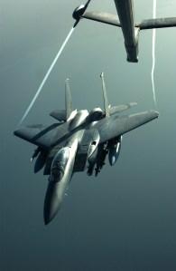F-15 Strike Eagle được tiếp dầu trên bầu trời Iraq