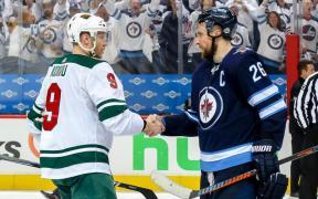Blake Wheeler (Jets) e Mikko Koivu (Wild) apertam as mãos após Jogo 5