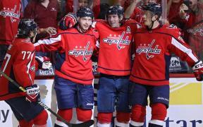 Jogadores de Washington comemoram gol e vitória sobre Boston Bruins no primeiro jogo da temporada