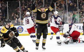 Charlie Coyle marca no OT e Bruins vencem Blue Jackets no Jogo 1 do segundo round