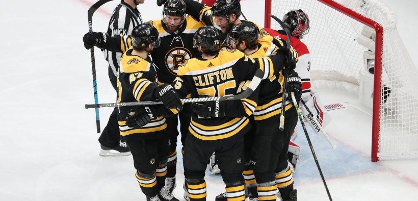 Boston faz 2-0 na série contra Carolina após vencer a partida de domingo por 6-2