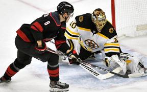 Rask foi o destaque dos Bruins na partida contra o Hurricanes