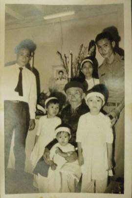 Gia đình bà quả phụ  Ngụy Văn Thà trong ngày tang lễ