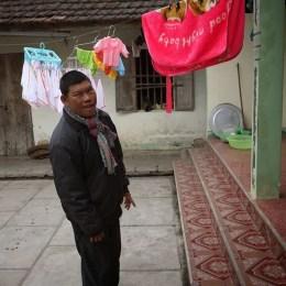 Liệt sỹ Phan Huy Sơn hy sinh khi chị Ninh còn mang thai đứa con gái thứ hai, trong khi con trai đầu, sinh 1984, bị bại não bẩm sinh, cho đến giờ chị vẫn phải xay thức ăn đổ vào miệng cho cháu.