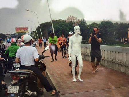 """Nhóm nghệ sĩ Viet Art Space trình diễn ý tưởng """"Nỗi đau của những con cá"""" tại Huế nhằm kêu gọi bảo vệ môi trường biển, nhưng màn trình diễn nhanh chóng bị giải tán vì """"không có giấy phép"""" - Ảnh: Facebook"""