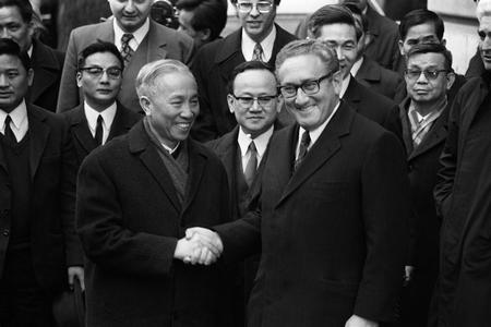 Henry Kissinger bắt tay Lê Đức Thọ, Trưởng đoàn Đàm phán Bắc Việt sau khi Hiệp định Paris về Việt Nam được ký kết (ngày 23-1-1973) - Ảnh: AFP