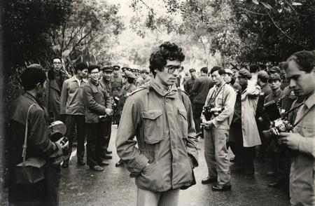 Tác giả (giữa) trong một cuộc trao đổi tù binh. Ảnh chụp vào mùa đông năm 1982 tại biên giới Việt - Trung. Sau lưng nhà báo Dunai Péter là phía Trung Quốc. Cạnh tác giả là nhà báo Terzieff, phóng viên Hãng Thông tấn Bulgaria BTA