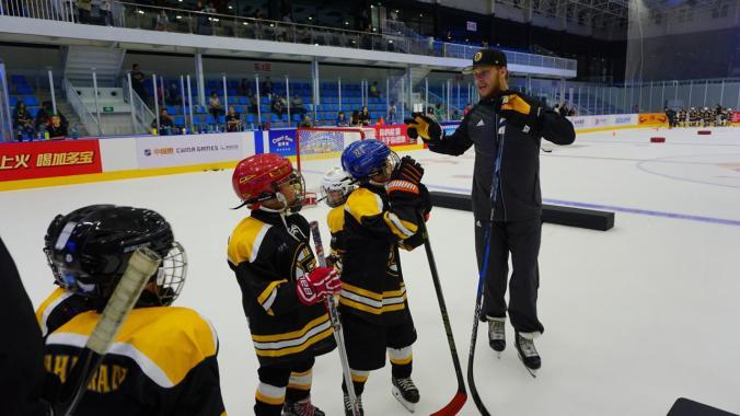 David Pastrnak imparts knowledge upon the youth players at the clinic.