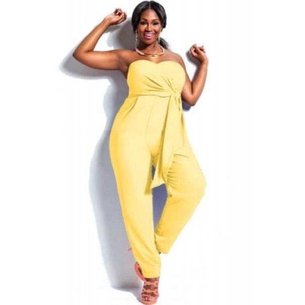 Combinaison jaune femme voluptueuse
