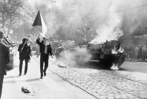 Prager Einwohner vor sowjetischem Panzer
