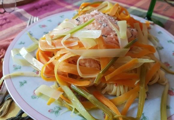 Lachsfilet mit Linguine al Limone und Gemüsestreifen