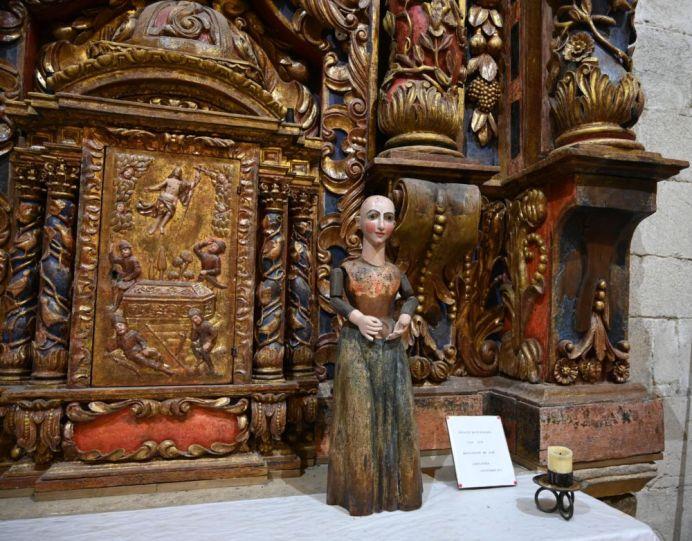 Maria ohne Haare bittet um eine Spende für den Erhalt der Kirche