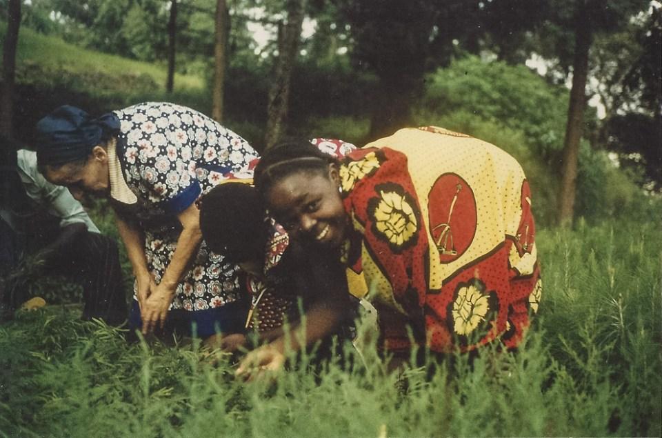 Frieda Wohlrab und eine Dorfbewohnerin in der Baumschule