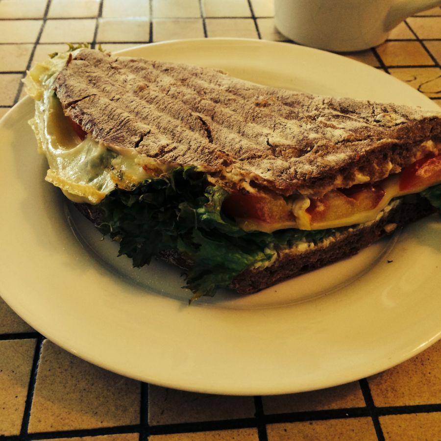 Getoastetes Vollkorn-Sandwich mit Gouda  @ M Kaffeee, Bielefeld