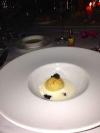 INTRO: Kartoffelkaviarknödel mit Iranischem Imperial-Kaviar, serviert mit Russian Standard Platinum