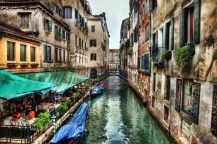 1 / Venise s'étend sur un ensemble de 121 petites îles séparées par un réseau de canaux et reliées par 435 ponts