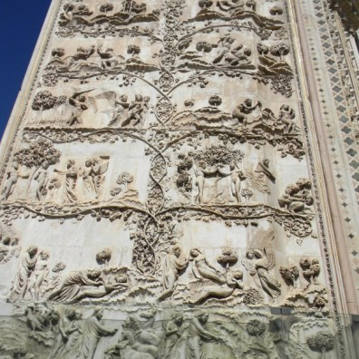 Relief on the outside of the Duomo: history according to the bible