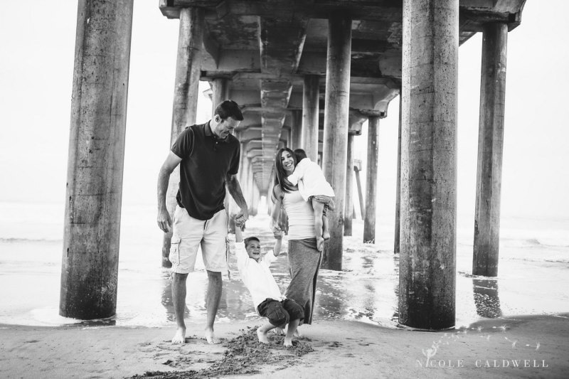 Huntinton_beach_pier_locations_for_family_photographs_nicole_caldwell_studio05
