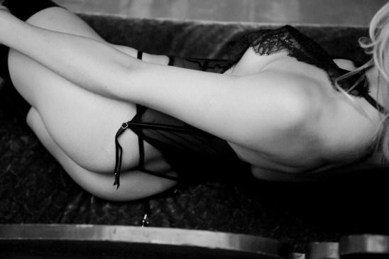 best boudoir photography studio in orange county black and white photo woman