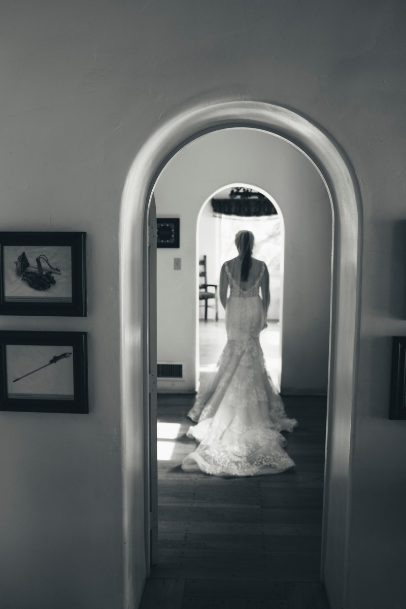 casa romantica san clemente wedding photographer artistic bride walking